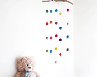 Sentía la bola móvil con Driftwood--colorido Poms bebé móvil--género Neutral--rústico vivero Decor--listos para enviar