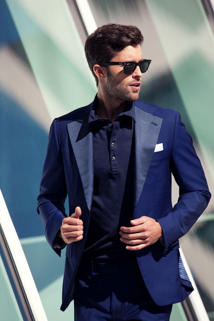 ネイビーのスーツにネイビーポロを合わせたワントーンスーツスタイル