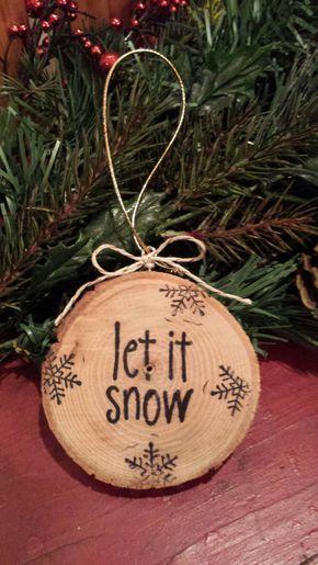 Lass es schneien, Lass es schneien, Lass es schneien! …. ist die einfache Botschaft dieser handgemachten, rustikalen Wortscheibenverzierung. Die Buchstaben sind handgestempelt. Die Verzierung ist mit Polyurethan geschützt, hat einen einfachen Bogen und einen goldenen Kleiderbügel zum Aufhängen an Ihrem Baum oder an Ihrem Lieblingsplatz! :) Ein tolles Weihnachtsgeschenk! Auch wäre eine nette Idee für einen Geschenkanhänger oder um eine Weinflasche