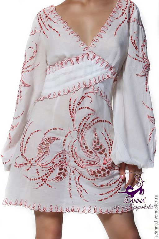 Платье-туника из легкого батиста с роскошной вышивкой ришелье. Потрясающая вышивка тропических листьев, вышивка шелковой меланжевой нитью - переход от белого через розовый в красный цвет. Игра цвета смотрится нежно и изысканно. Вышивка выполнена очень качественно и скурпулезно. На талии и под грудью заложены складки елочкой, что визуально создает силуэт песочных часов фигуры.