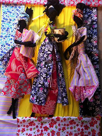 Para acalentar seus filhos durante as terríveis viagens a bordo dos tumbeiros – navio de pequeno porte que realizava o transporte de escravos entre África e Brasil – as mães africanas rasgavam retalhos de suas saias e a partir deles criavam pequenas bonecas, feitas de tranças ou nós, que serviam como amuleto de proteção. As bonecas, símbolo de resistência, ficaram conhecidas como Abayomi, termo que significa 'Encontro precioso', em Iorubá. bonecas de Claudia Muller