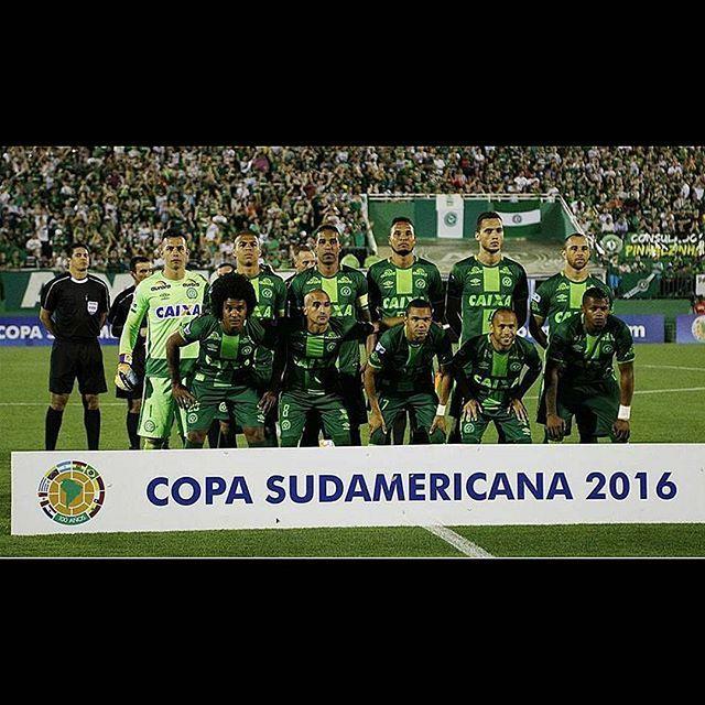 R.I.P #Chapecoense  Siete sul gradino più alto: il cielo! _____  #gazzettastore #rip #prayforchapecoense #chape #riposainpace #luto #tragic #aereo #lagazzettadellosport #tuttoilrosadellavita #gazzetta #gazzettadellosport #gazzettasportiva #futbol #copasudamericana #copa2016 #brazil #team #brasile #football #calcio #angels #cielo #pray #lutto #tragedia #sudamerica #final #forçachapecoense _______________________________