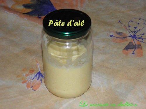 3 têtes de gousses d'ail, 40 g d'huile d'olive, 5 g de jus de citron, 10 g d'eau. Eplucher les têtes d'ail, les laver , couper les gousses  en deux et enlever le germe central   Mettre les gousses d'ail (environ 150 g une fois épluchées) dans le bol et mixer 10 secondes à vitesse 5. Ajouter le citron, l'eau et  l'huile et mixer de nouveau pendant 1 minute à vitesse 3. Remplir un petit pot, le fermer et le placer au réfrigérateur et c'est tout !