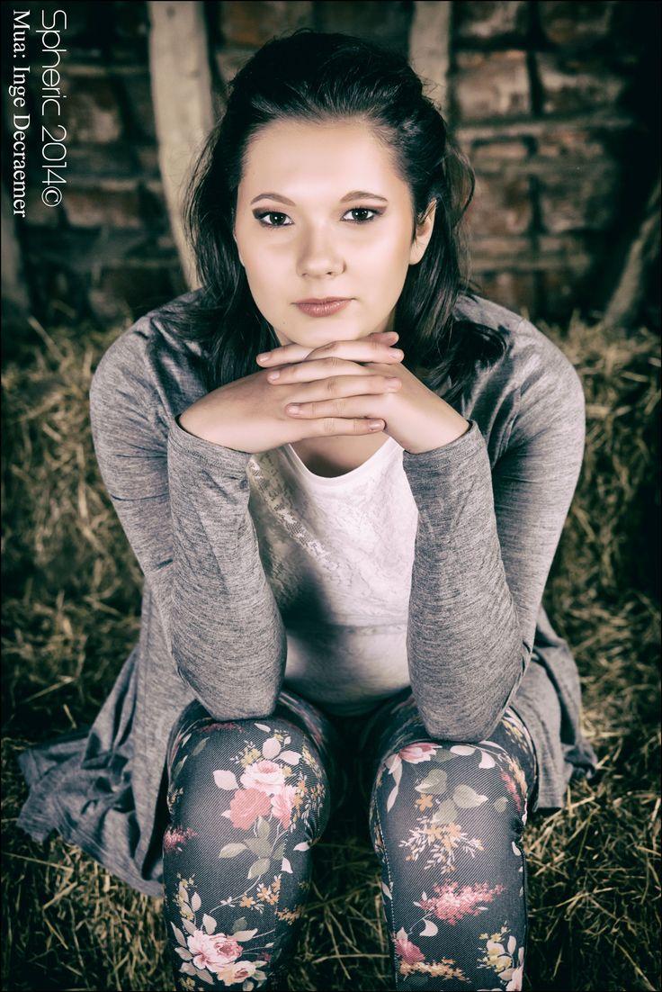 Carmelina uit Oost-Eeklo Shoot op een boerderij met Inge Decraemer als Mua. Enorm veel plezier gehad in het hooi