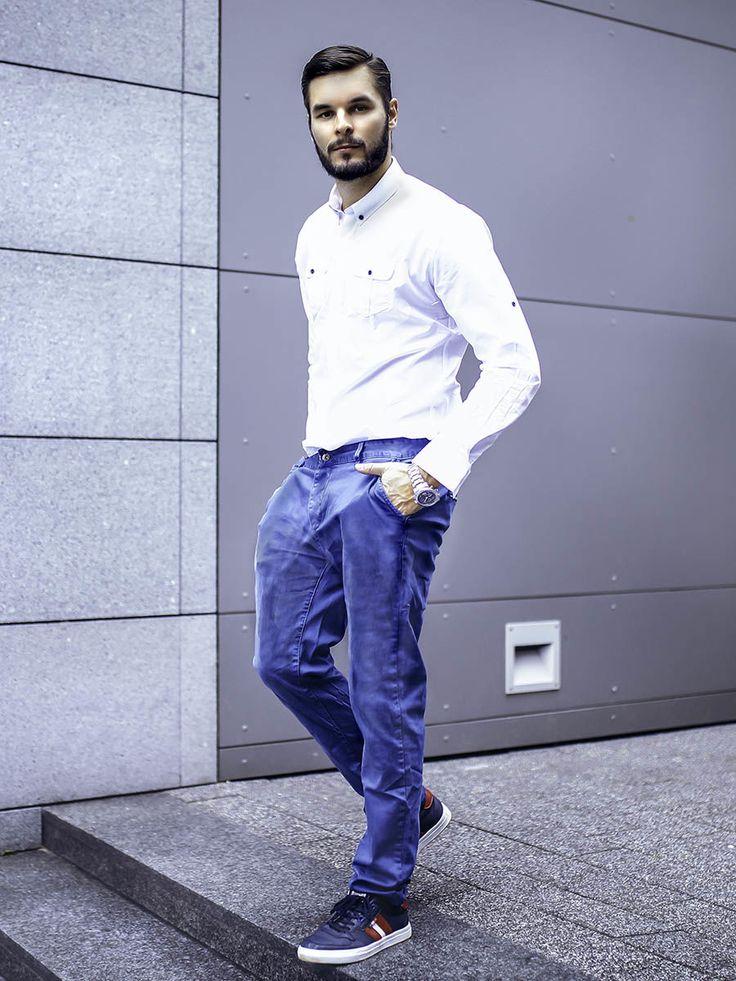 Minimalistyczna, ale bardzo efektowna stylizacja od Denley. Biała koszula z kołnierzykiem button down świetnie wygląda w parze z granatowymi chinosami. Sportowym akcentem w zestawie są wygodne buty i masywny zegarek.