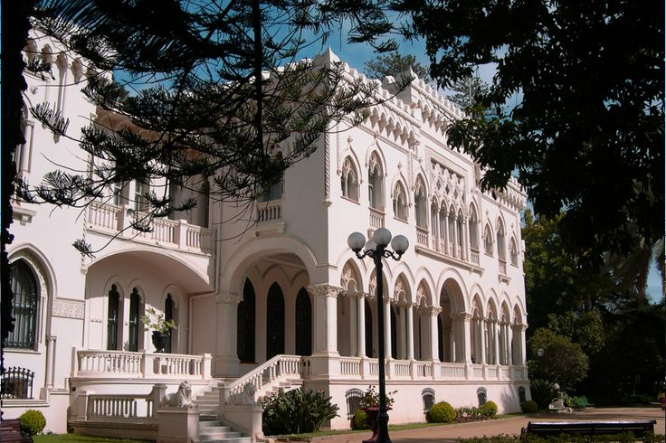 El conocido Palacio Vergara posee una linda arquitectura Gótica. www.finisnova.com
