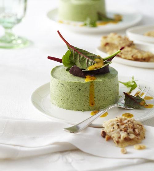 Brunnenkresse-Mousse mit Salat und Käsewaffeln Rezept - [ESSEN UND TRINKEN]