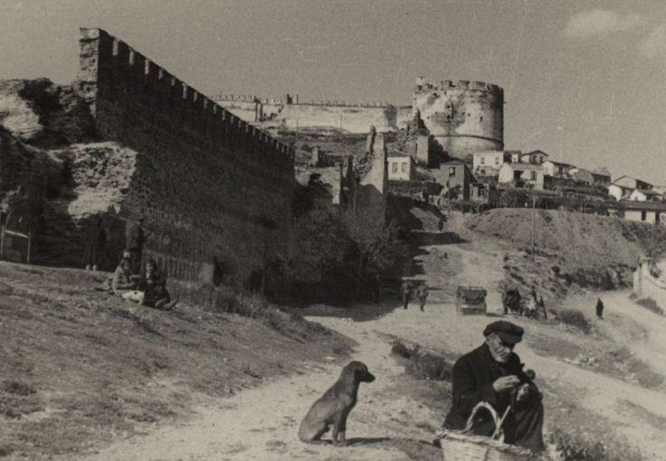 Αυτές οι φωτογραφίες συντηρούσαν την εικόνα όχι του Γερμανού κατακτητή, αλλά του Γερμανού λυτρωτή όπως παρουσιάζεται στα περιοδικά προπαγάνδας.
