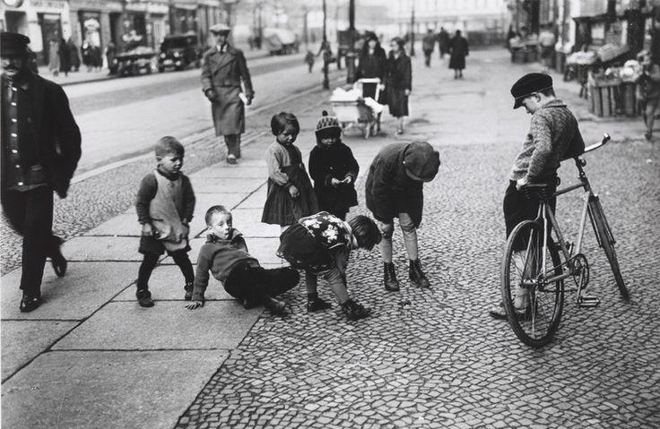 »Kein Spielplatz« - Großstadtkinder im Berliner Scheunenviertel,1929   Quelle: Ernst Thormann