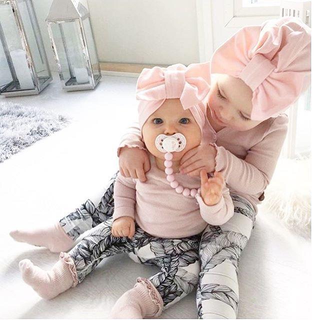 Tämän Miiman @miimahiltunen kuvan nähtyäni en enää kestänyt vaan tein oitis tilauksen BabyBOOMille  Viikonloppuna sain antaa kuvassa näkyvän rusettiturbaanin siskoni pienelle tyttärelle -tytöille onkin ihana ostella kaikkea ihanaa (näin kahden pojan äitinä!). Miima nämä sinun pienet samistelijat ovat aivan liikuttavan suloinen kaksikko  Rusettiturbaanit: @babyboomfinland
