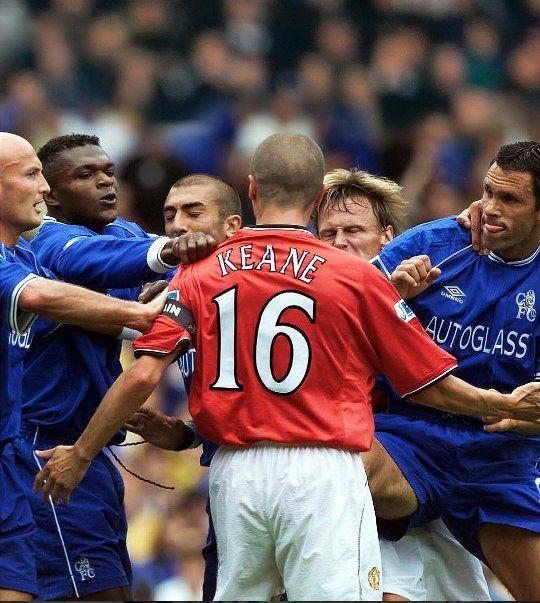 ROY KEANE rodeado de jugadores del Chelsea