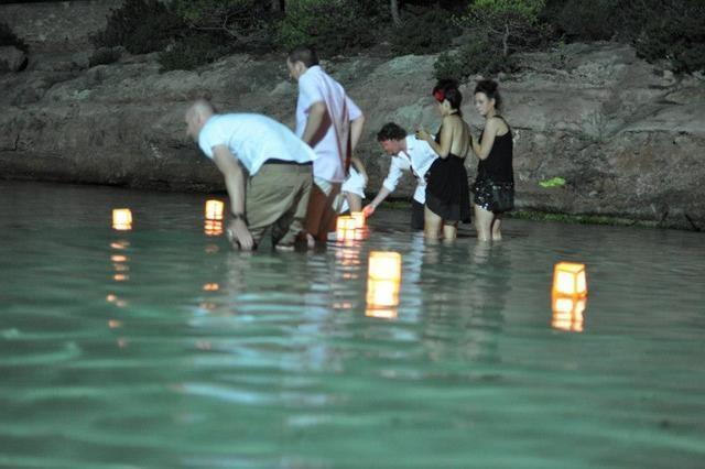 Drijvende lantaarns voor de gasten, mooi!