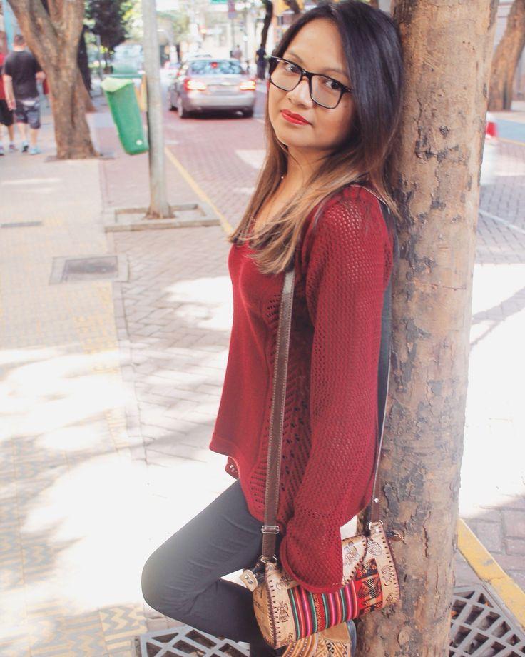 A Candy é irmã do Salvador e ela está usando um suéter vermelho com uma legging preta e pra combinar uma bota e uma bolsinha que o Salvador trouxe do Peru!