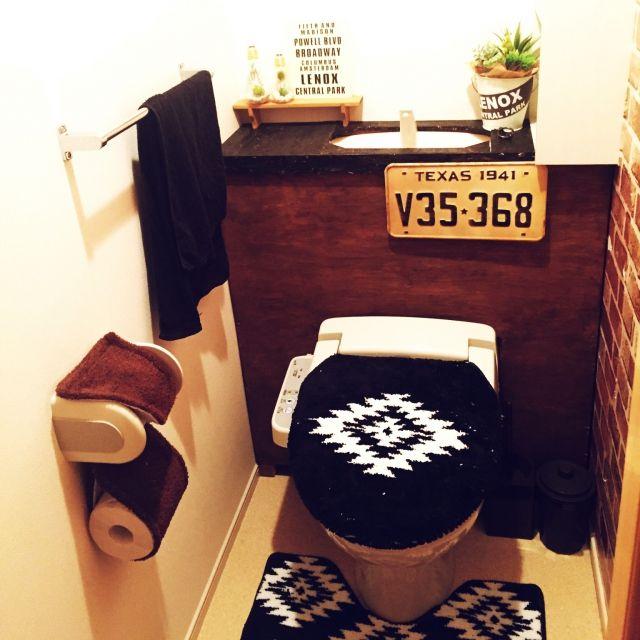 トイレを男前で落ち着いた空間にしたいと思い、タンクレスのDIYに挑戦しました。 柱となる木材にベニヤ板を貼り付け、上に板をのせただけなので、原状回復も簡単にできます。 kogava1001さんの、バス/トイレ,トイレ,DIY,セリア,3Coins,フェイクグリーン,ナンバープレート,男前,タンクレス,男前インテリア,タンク隠し,のお部屋写真