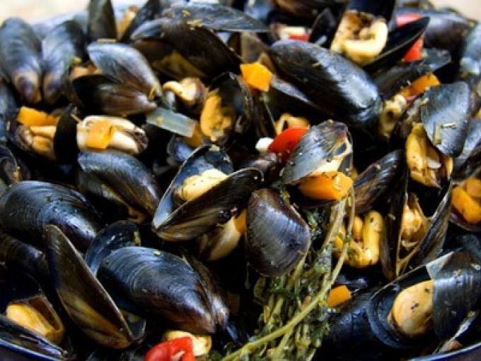 Il sapore del mare esaltato dall'aroma del vino bianco. - Ricetta Portata principale : Cozze al vino bianco da Red_alessia_red