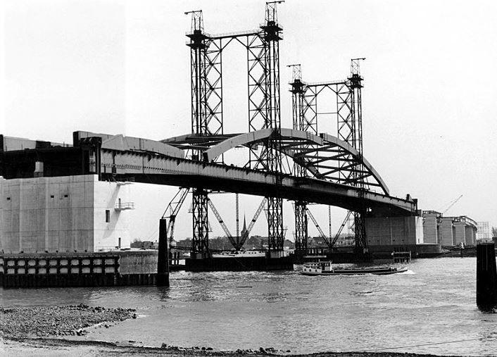 Bouw van de Van Brienenoordbrug over de Nieuwe Maas in 1964.