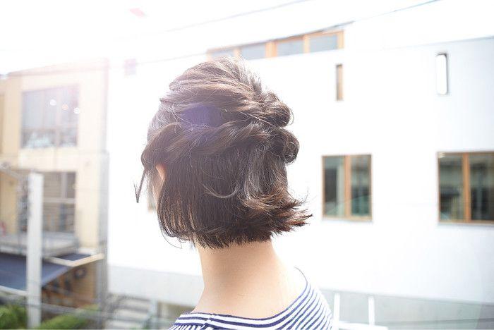 ゆったりハーフアップの編み込みはいかがでしょうか。 ①耳上部分から、ざっくりとトップの髪を一つにまとめます。 ※耳前部分は多めに残しておきます。 ②その部分をくるりんぱします。 ③耳前部分のサイドの髪をねじっていきます。 ④逆サイドも同様にねじって、ピンで留めれば完成。  ねじる部分を編み込みや、ロープ編みに変えてみても 雰囲気が少し変わり、違うアレンジとしても楽しめます。