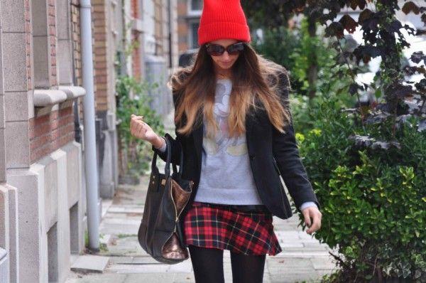 La mini falda escocesa de Zara es el nuevo negro (para las blogueras de moda) Sacha de The Styling Pot es team Alexandra porque lleva su falda con una sudadera con dibujo animado.