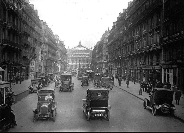 Une vue classique de l'avenue de l'Opéra en direction de l'Opéra Garnier. Nous sommes en 1922 et sur les grands axes de la capitale la traction chevaline a presque disparue... (photo Agence photographique Meurisse) (Paris 1e/2e)