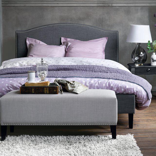 Un ensemble de literie superbe et une tête de lit à la finition cloutée pour une ambiance pleine de charme et d'élégance.