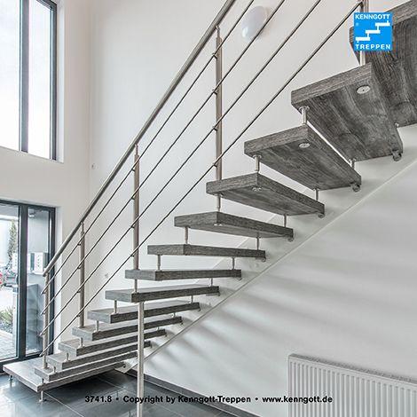 Freitragende KENNGOTT-TREPPE, Stufenmaterial Pinie Nordicline Longlife R9 (mit strukturierter, rutschhemmender Oberfläche), Geländersystem TERZO Reling, im Podestbereich mit Glasfüllung, Geländerstäbe und Handlauf in Edelstahl, Wandersatzwange  Mehr Treppen unter www.kenngott.de