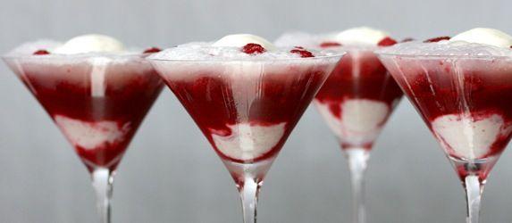 Denne lækre dessert Raspberry-Champagne Fizz kombinerer hindbær og champagne. Det giver en lækker balance mellem det søde og det syrlige. God nytår!