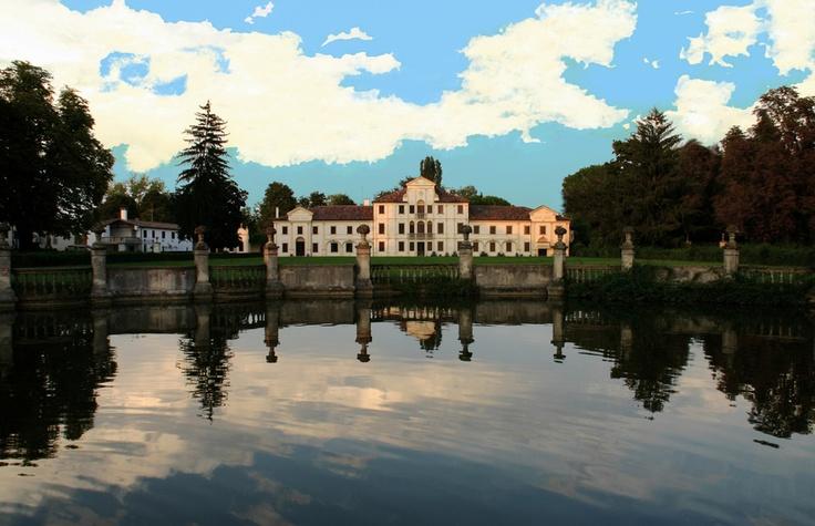 Villa Toderini (codognè - TV) risale al XVIII secolo, quando la nobile famiglia Toderini de Gagliardis ne affidò il progetto probabilmente a Gerolamo Frigimelica.   La villa è ricordata per aver ospitato Ugo Foscolo, che a Codognè compose delle poesie.