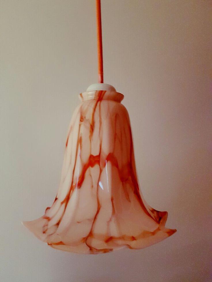 antiek roze hanglampje gepimpt met zalmroze snoer van stoersnoer en porselein fitting van Karwei. in gebruik als bedlampje.
