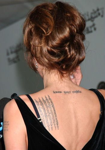 """°Angelina Jolie à l'avant-première du film """"Un Coeur invaincu"""" en 2007 © KRISTIN CALLAHAN - /NEWSCOM/SIPA - Angelina Jolie possède treize tatouages. Parmi ceux-ci, une citation de Tennessee Williams """"A prayer for the wild at heart kept in cages"""" (en français : """"Une prière pour les libres dans l'âme gardés en cage""""), une phrase en arabe signifiant """"La force de la volonté"""", la phrase """"Know your rights"""" emblème de l'Organisation des Nations Unies ou encore une prière en Khmer pour son fils…"""