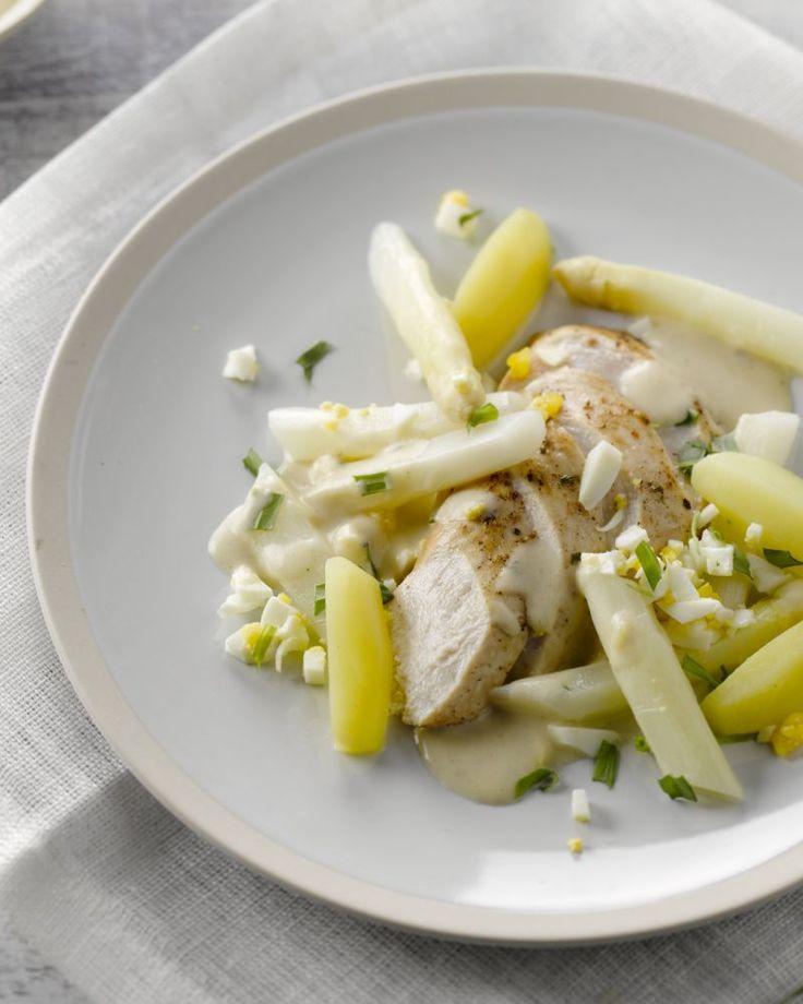 Lekker eenvoudig, snel en doordeweeks is een stukje gebakken kip met witte asperges. Heerlijk met een dragonsaus en geserveerd met krielaardappeltjes.