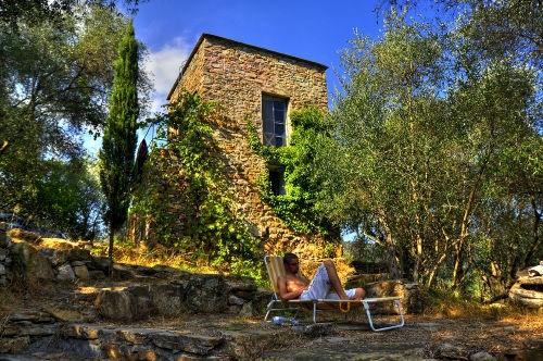 Italien, Ligurien, Mittelmeer: Künstlerdomizil! Turm (erbaut um 800) mit zwei Räumen, Dachterrasse und extra Atelierhaus mit Küche und Bad.