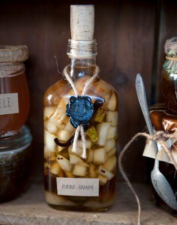 Pæresnaps : 3 pærer 4 kanelstænger ½ stang vanilje 2 tsk korianderfrø 1½ dl sukker 1 l snaps eller vodka - isabella.dk