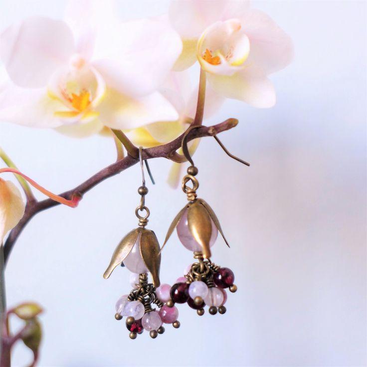 Boucles florales quartz rose, grenat, tourmaline et pierre de lune : Boucles d'oreille par verveine-citron