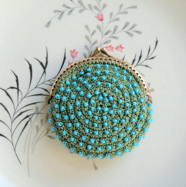 Pequeño monedero de ganchillo verde salvia con perlas por pinguim