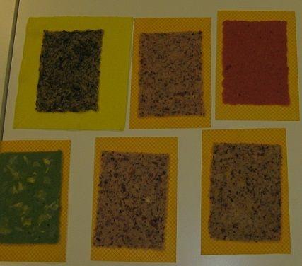papier scheppen met pulp van plantaardig materiaal