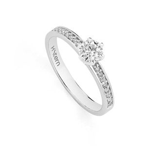 Anel Solitário de ouro branco 18K polido com diamantes redondos -         Stern Noble Link:http://www.hstern.com.br/joias/p-produto/A3S204798/anel/solitarios/anel-solitario-de-ouro-branco-18k-polido-com-diamantes-redondos-----------stern-noble