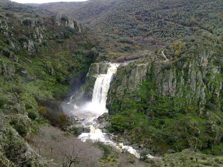 Pozo de los Humos (Salamanca) En el cañón del río Uces, un afluente del Duero en la provincia de Salamanca, se encuentra una de las cascadas más bonitas de la península: el Pozo de los Humos, donde el agua cae de las rocas desde 50 metros, formando nubes de vapor. Masueco y Pereña son los pueblos más cercanos a este enclave natural