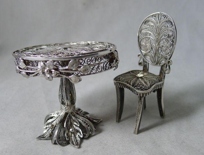 Zilveren miniatuur tafel en stoel, 19e eeuw