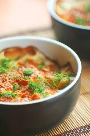 Zapekané  zemiaky  so  syrom 1 kg zemiakov – 2 lyžice oleja – 200 g syra (nastrúhaného) – 400 ml smotany kyslej  pochúťkovej – Korenie, soľ  – Muškátový oriešok  Najskôr  si  očistíme  zemiaky  a nakrájame  na  plátky. Potom  ich  vrstvíme  do  pripravenej  zapekacej  misy, ktorú  si  predtým  vymastíme.  Každú  vrstvu  okoreníme  osolíme po poslednej  vrstve na  vrch kyslú smotanu . Pečieme  pri 180° 1 hod a 15  min. Pred  dopečením posypeme   syrom, dozdobíme  bylinkami  podľa  chuti