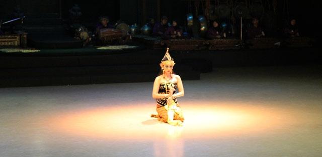 Shinta in the magic circle ~ a scene in Sendratari Ramayana, Jogjakarta, Indonesia. Taken from the post: Sendratari Ramayana in Jogja http://wp.me/p1VkQt-nw