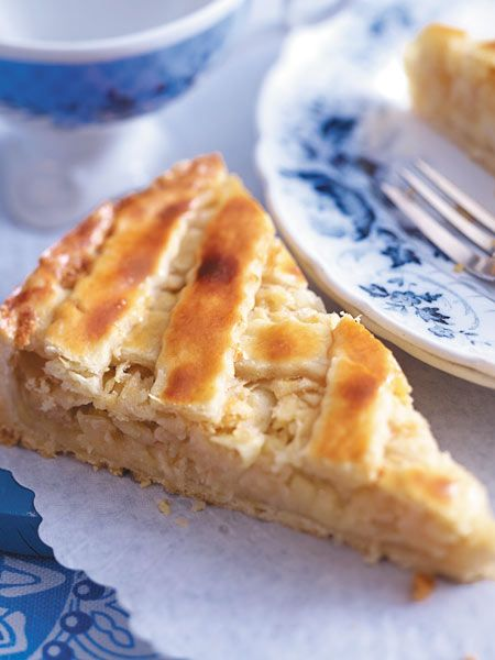 Eine dünne Marzipanschicht auf dem Mürbeteigboden macht diesen Apfelkuchen wunderbar aromatisch.