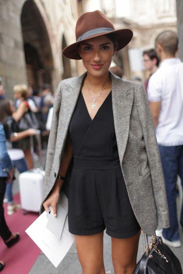 chapeau en feutre, veste court gris, femme élégante, bijou
