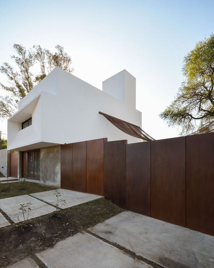In a lot of small dimensions, three houses were to be built with the premise that they would need to be adapted to their surroundings: a residence neighbourhood of single family homes. #corten
