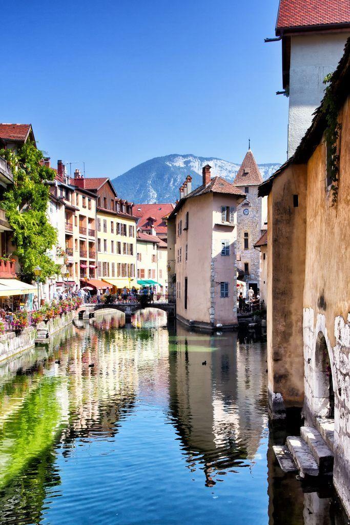 Hangulatos utcák, színes házak, rengeteg virág és egy csöppnyi történelem: ez a vidéki Franciaország.