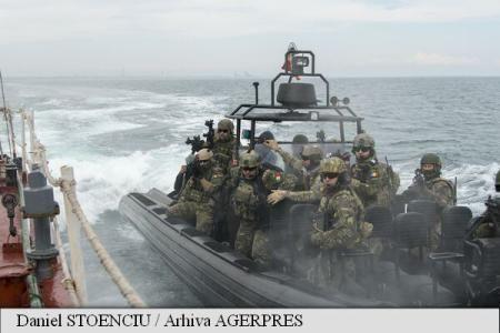 Peste 1.300 de militari și 17 bastimente ale forțelor navale din șapte țări membre ale Alianței Nord-Atlantice, scafandri specializați în descoperirea și neutralizarea minelor subacvatice (EOD), ofițeri de stat major din Turcia și Bulgaria, un elicopter Puma Naval, două avioane MiG 21 Lancer și o navă a Gărzii de Coastă au ieșit în marș, miercuri în zori, la limita estică a radei Portului Constanța, pentru a desfășura opt secvențe reale de luptă în cadrul exercițiului multinațional Poseidon…