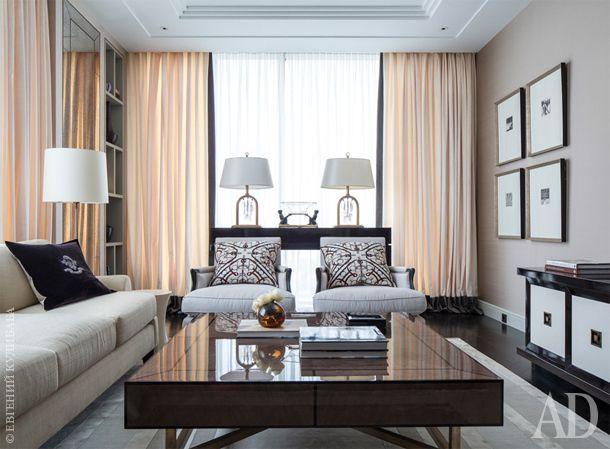 Для гостиной были подобраны кресла Caracole и диван фабрики Baker. Ковер из шерсти и шелка приобретен в Rug Company. Декоративные подушки Hermès.