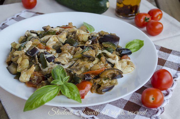 Melanzane e zucchine alla pizzaiola pomodorini e scamorza, ricetta secondo piatto unico o contorno facile e veloce.