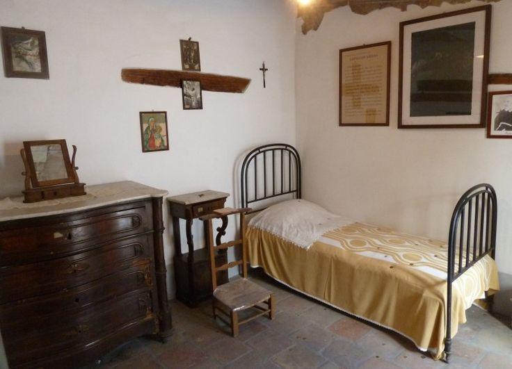 La stanza di Padre Pio nella quale dimorò dal 1912 al 1916: qui maggiormente sosteneva le famose lotte con i diavoli. Pietrelcina.