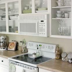 Si vous aimez les étagères ouvertes dans une cuisine et que vous n'êtes pas encore sûr de vous, vous pouvez enlever les portes de vos armoires actuelles pour tester la chose. Un conseil: gardez-en certaines fermées pour les articles dépareillés. Latest From Houzz: Tips From the Experts. (Houzz)