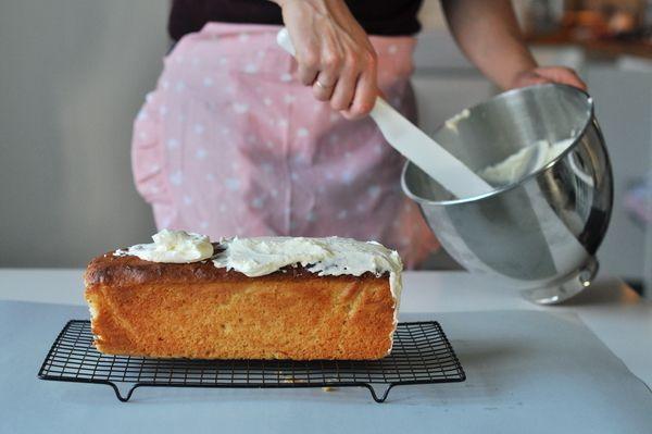 Skład: 500 g mąki 220 g cukru 2 jajka 500 g jogurtu greckiego 150 ml oleju roślinnego 2 płaskie łyżeczki sody oczyszczonej otarta skórka z 1pomarańczy + sok Krem: 2 serki kremowe, śmietankowe po 125 g(np. Turek) + 100 g masła + 1/2 szklanki cukru pudru A oto jak to zrobić: 1. Jajka ubijamy z …